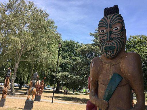 pou-statues